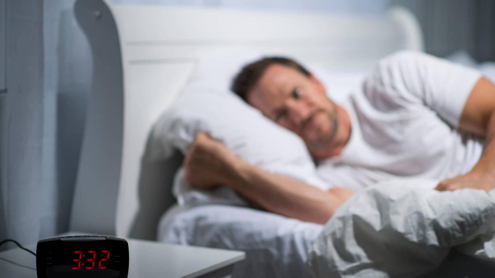 Las 5 razones por las que te despiertas a media noche