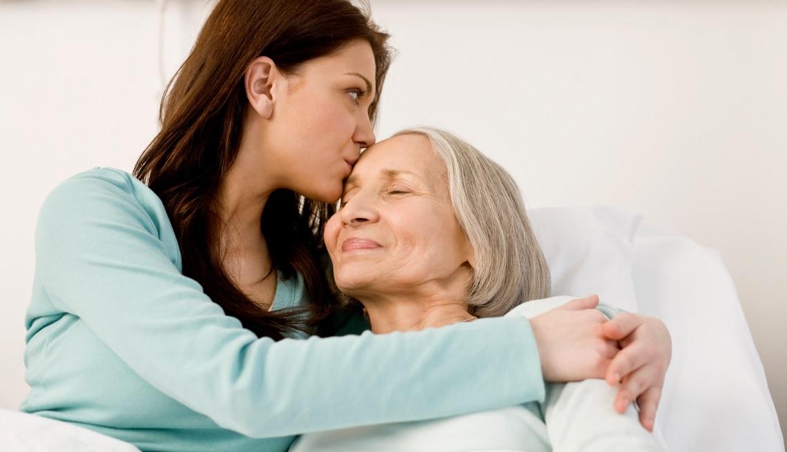 Mujer cuidando a persona mayor