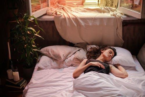 ¿Qué causa el hablar dormido?